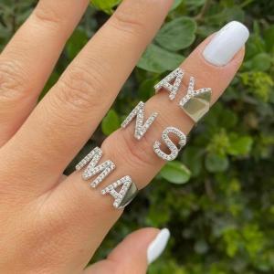 טבעת אותיות משובצת בהזמנה אישית